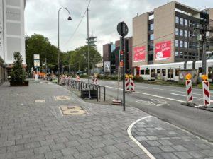 Breiter Bürgersteig und Fahrradständer
