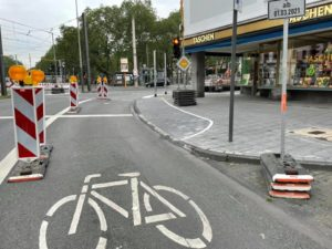 Breiter Fahrradweg neben dem Bürgersteig